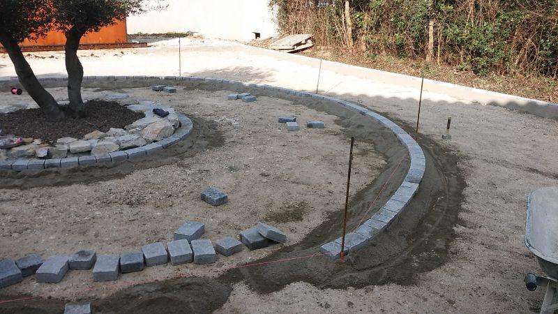 Refection d 39 une cour de villa en beton desactive a saint martin de crau dans les bouches du - Pose de pave sur dalle beton ...